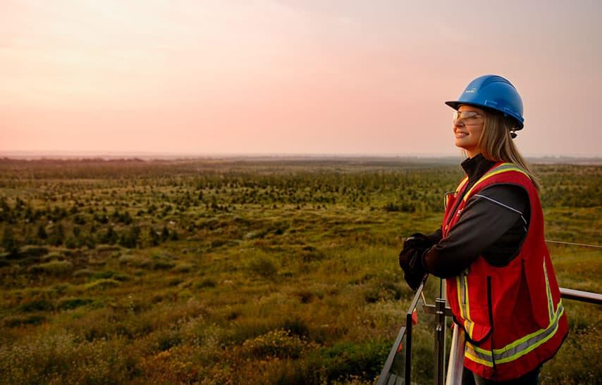 Deux travailleurs dans la zone d'extraction à l'usine de base du secteur Sables pétrolifères de Suncor.