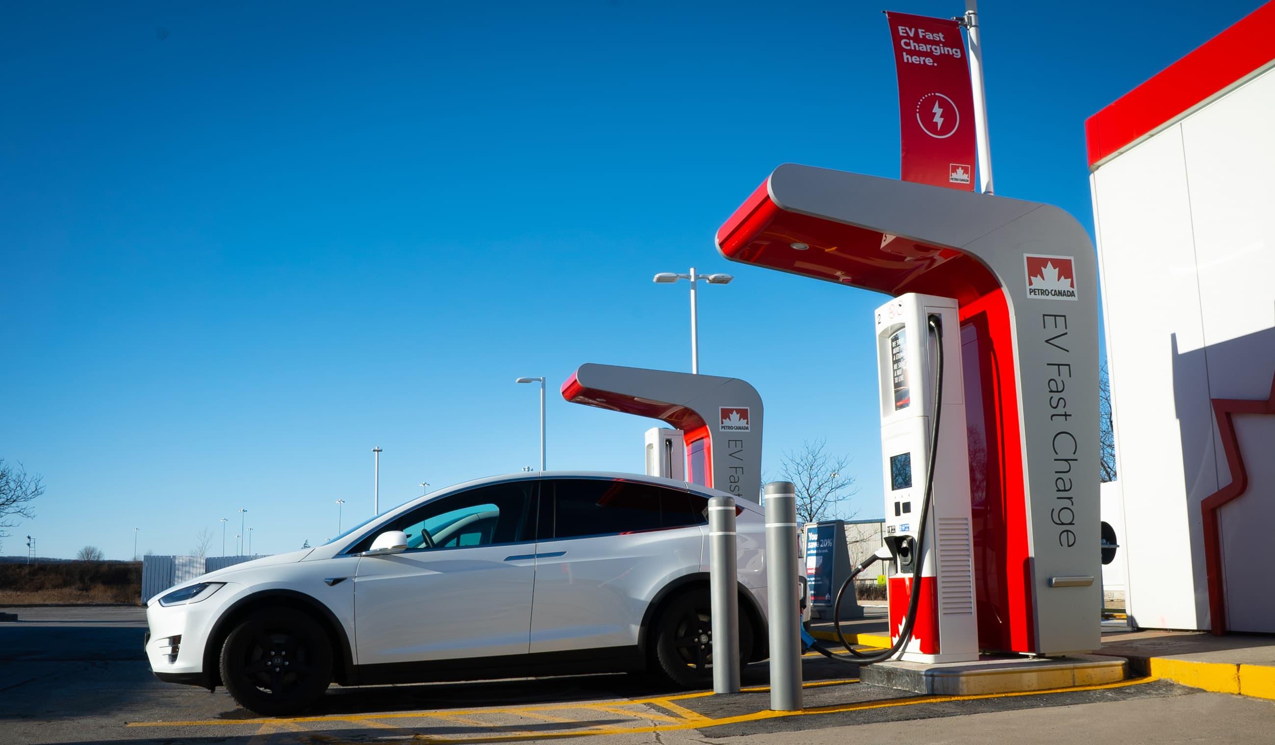 Station Petro-Canada avec des bornes de recharge de véhicules électriques à Milton, en Ontario