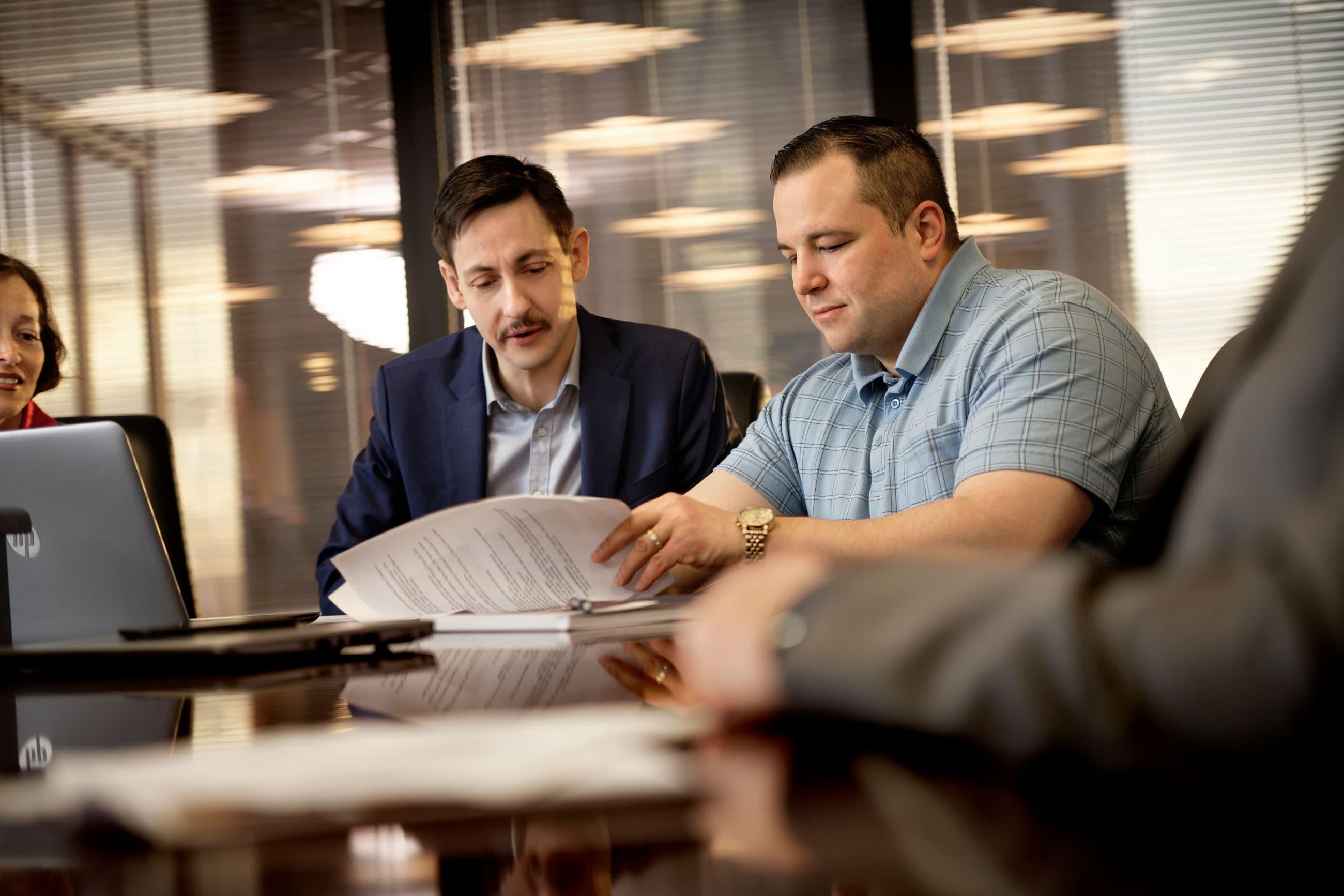 Deux employés assistent à une réunion