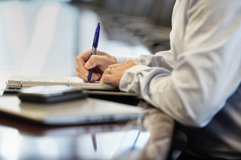 Un employé rédige un document