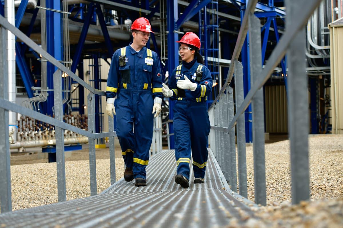 Deux travailleurs à la raffinerie d'Edmonton