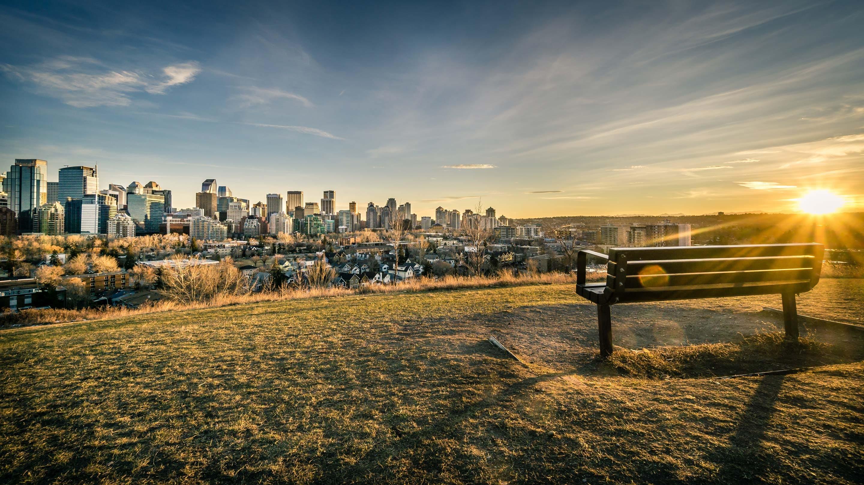 Vue du centre-ville de Calgary avec un banc au premier plan.