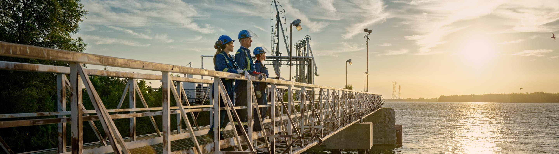 Trois travailleurs au quai de la raffinerie de Montréal.