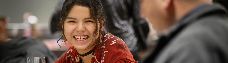 Jeune Autochtone à l'événement Indspire en 2020.