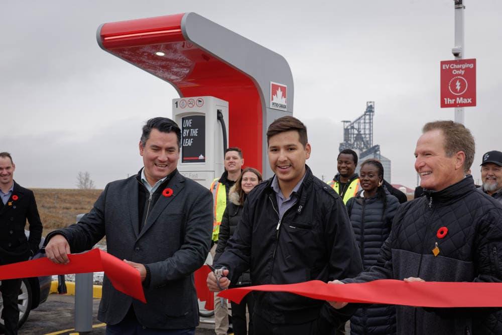 Inauguration des bornes de recharge pour véhicules électriques à la station Petro-Canada de la Première Nation de Siksika