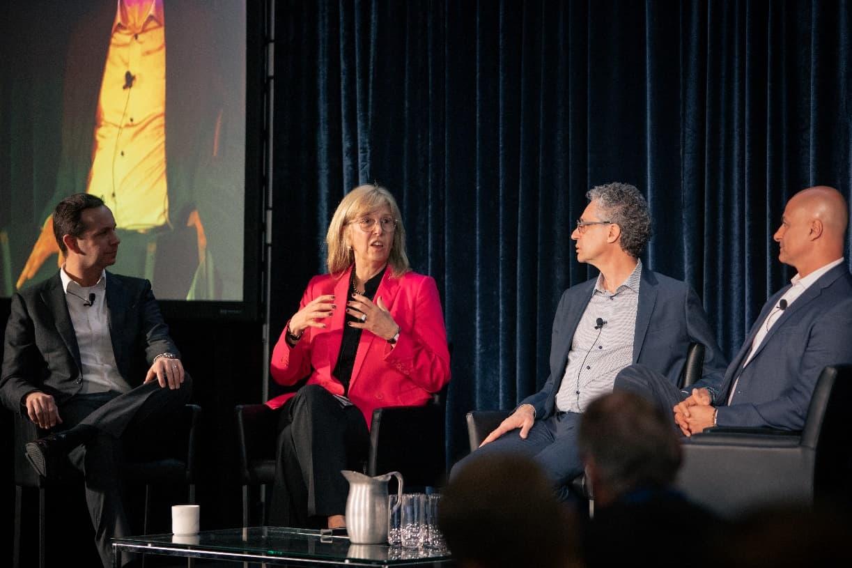 Arlene Strom participe à un groupe de discussion à l'événement FORGE 2020 en compagnie de Peter Terzakian et de représentants de partenaires stratégiques.