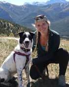 Une étudiante en ingénierie de Suncor prend la pose avec son chien