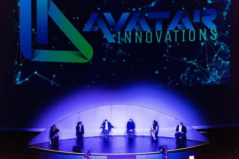 Scène avec avatar innovations logo et panneau individus assis sur scène