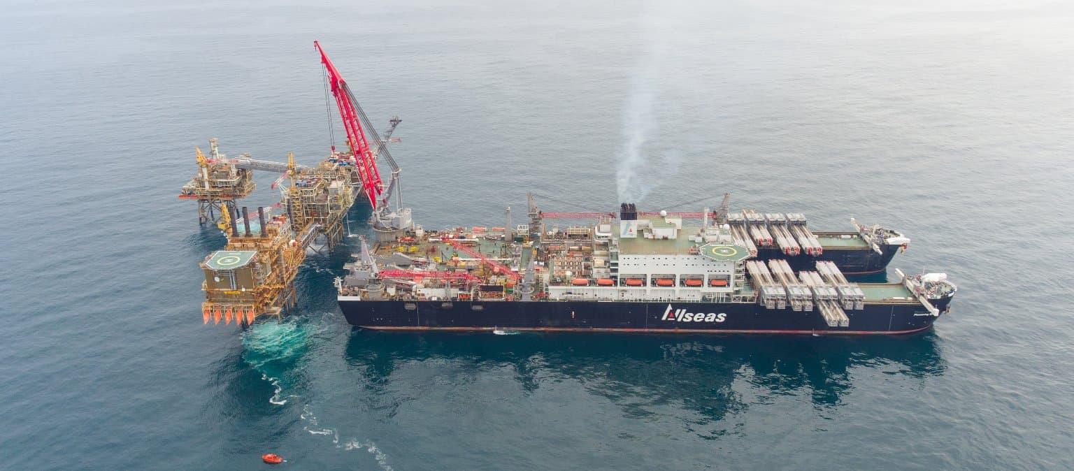 Le Pioneering Spirit, le plus gros navire transporteur de charges lourdes au monde d'une longueur équivalant à plus de trois terrains de football, installe de façon sécuritaire le module de 516 tonnes de la phase deux pour le projet Buzzard.