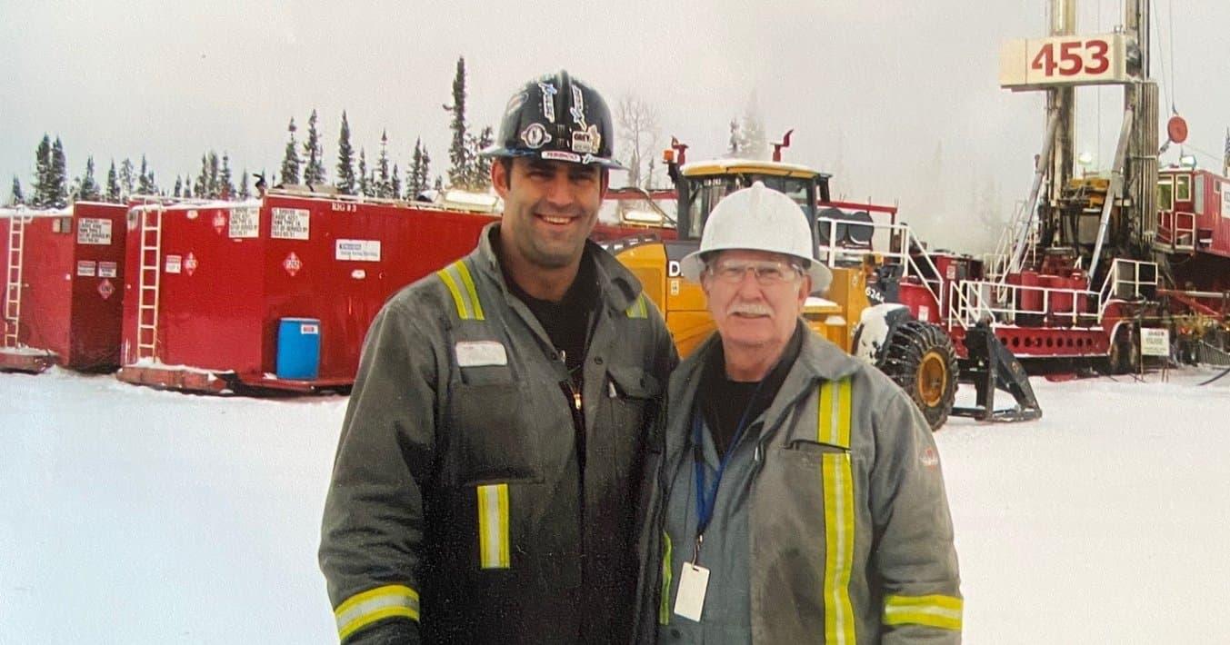 Deux hommes en équipement de protection individuelle debout devant les opérations